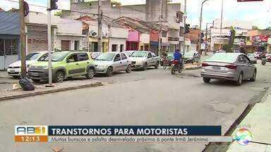 Moradores reclamam de buracos em ruas de Caruaru - Prefeitura informou que a previsão é que os serviços sejam iniciados na próxima semana.