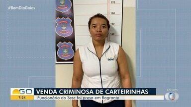 Funcionária do Sesc é presa suspeita de fraudar emissão de carteirinhas, em Goiânia - Segundo a polícia, ela recebia cerca de R$ 30 para emitir o cartão para pessoas que não tinham direito aos benefícios.
