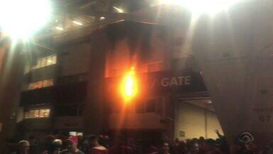 Confusões entre torcedores causa incêndio no Beira-Rio - Assista ao vídeo.