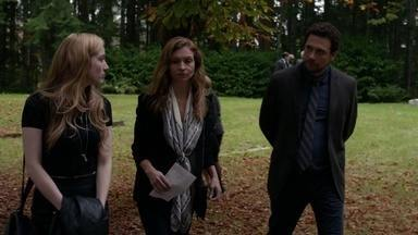 Julie - Camille arruma um jeito de sair de casa. De repente Lena se depara com uma cicatriz estranha nas costas.