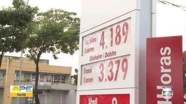 Motoristas afirmam que preço da gasolina subiu após reajuste da Petrobrás nas refinarias - Alguns postos de cumbustível no Grande Recife reajustaram valores do combustível.