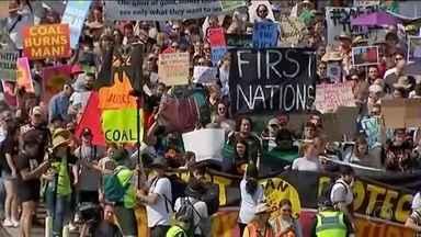 Jovens de todo o mundo saem às ruas para protestar em defesa do meio ambiente - Manifestantes exigem que os governantes tomem atitudes drásticas e urgentes. Estão previstos mais de 5 mil protestos da Nova Zelândia aos Estados Unidos. O ponto alto das manifestações vai ser em Nova York, onde a adolescente sueca, Greta Thunberg, que inspirou todo esse movimento, deve discursar para uma multidão.
