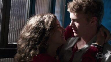 Rita e Filipe namoram - Ele, apaixonado, pede para ela fechar a loja