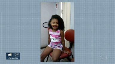 Menina de 8 anos morre depois de ser baleada no Complexo do Alemão - Mais uma criança morreu vítima da violência no Rio. A menina Agatha, de 8 anos, foi baleada dentro de uma kombi no Complexo do Alemão, na noite de sexta-feira (20).