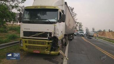 Duas jovens morrem em acidente entre moto e caminhão em Passos - Duas jovens morrem em acidente entre moto e caminhão em Passos