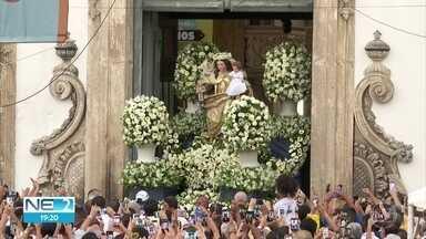 Procissão marca homenagem ao centenário de coroação da imagem de Nossa Senhora do Carmo - Antes de os fiéis saírem em caminhada pelo Centro do Recife, uma missa campal foi realizada no Pátio do Carmo.