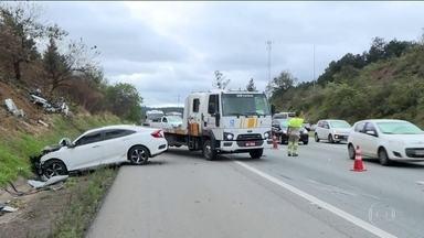 Polícia de SP investiga acidente que matou três pessoas na Rodovia Castelo Branco - Duas pessoas estão internadas no Hospital Regional de Osasco, na grande SP. A polícia investiga se o motorista que provocou o acidente participava de um racha.