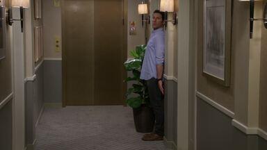 Piloto - Josh acaba de passar por duas grandes mudanças na vida: a separação e a mudança para Nova York. Lá, ele vai morar em um apartamento entre os pais e o irmão.