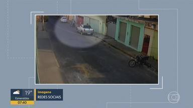 Mulher briga com assaltantes, na Região Leste de BH, mas não consegue impedir roubo - Suspeitos estavam em uma moto, no bairro Saudade.