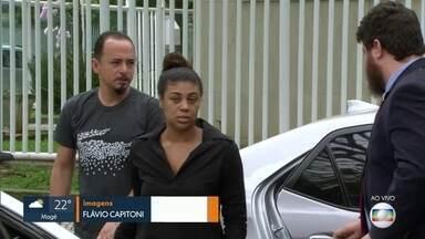 Pais da menina Ágatha prestam depoimento na Delegacia de Homicídios, na Barra - O depoimento dos pais da menina Ágatha já dura mais de uma hora. Já foram ouvidas 20 pessoas, entre elas, 12 policiais militares.