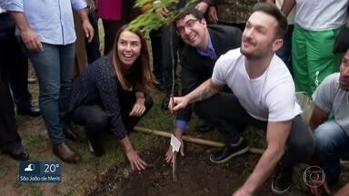 Três anos depois das Olimpíadas, mudas começam a ser plantadas na Floresta dos Atletas - O ginasta Diego Hipólito participou do plantio.