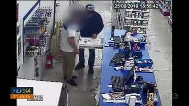 Homem se passa por cliente e rouba farmácia em Ponta Grossa - Câmeras de segurança registraram o assalto na noite dessa quarta-feira (25).
