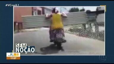 Quadro 'Sem Noção' flagra motociclista transportando carga irregular em Belém - Quadro 'Sem Noção' flagra motociclista transportando carga irregular em Belém