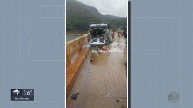 Carro capota na 'Ponte Torta' e dois ficam feridos em Carmo do Rio Claro - Carro capota na 'Ponte Torta' e dois ficam feridos em Carmo do Rio Claro