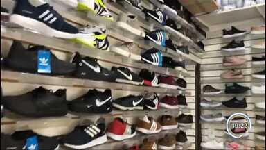 Operação recolhe 14 toneladas de calçados falsificados em Aparecida - Veja vídeo do material recolhido.