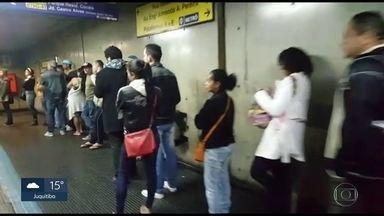 Passageiros enfrentam fila no Jabaquara para trocar o Bilhete Único - Prazo para trocar bilhete termina dia 30. Os passageiros que usam só crédito comum, emitiram cartão antes de 2014 ou não têm cadastro e possuem créditos acima de R$ 43 deverão efetuar a troca. Créditos nesses cartões serão bloqueados após o prazo.