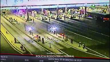 Vídeo mostra fuga de suspeitos que levavam pistolas do Paraguai para o Rio de Janeiro - Um suspeito foi preso, e outros dois fugiram após perseguição na BR-277, no Paraná, segundo a Polícia Rodoviária Federal (PRF).