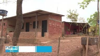 Mulher de 43 anos é mais uma vítima de feminicídio no DF - Queila Regiane da Costa Martins, de 43 anos, foi morta a facadas enquanto dormia, na madrugada desta quinta-feira (26). O principal suspeito, o marido da vítima, foi preso no fim da tarde nos arredores da comunidade onde a família morava, na Fercal.