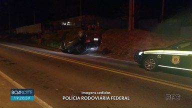 Carro capota na BR-153 em Irati - De acordo com o motorista, o veículo apresentava problemas na direção.