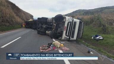 Acidente com carreta causa congestionamento na Rodovia Régis Bittencourt em Cajati - Uma pessoa ficou ferida.