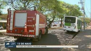 Princípio de incêndio em ônibus interdita Avenida Treze de Maio em Ribeirão Preto - Por coincidência, bombeiros passavam pelo local e controlaram as chamas.