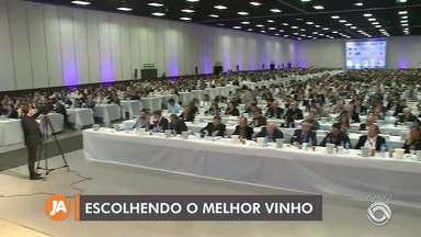Degustadores participação da seleção dos melhores vinhos em Bento Gonçalves - Assista ao vídeo.