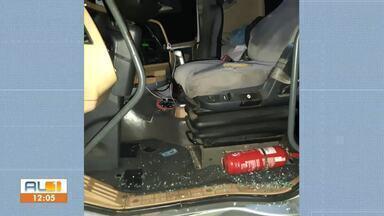 PRF evita roubo de carga avaliada em R$ R$145 mil na BR-101 - Motorista do caminhão foi amarrado pelos criminosos.