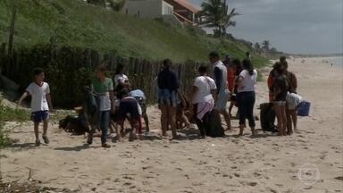 Alunos de escolas públicas fazem limpeza em praia de Barra de São Miguel (AL) - Força-tarefa de mais de 100 jovens retirou da praia lixo e pedaços de piche.