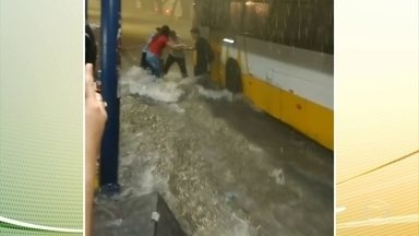 Duas pessoas morrem afogadas após temporal em Manaus - A chuva desta sexta (27) também provocou deslizamentos e muita destruição.