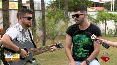 Cantor Juliano Couto se apresenta no ES1 em Linhares - Encerramento do jornal foi com música.