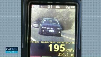 Motorista é flagrado a 195 km/h em Umuarama - Foi na PR-323; limite da rodovia é de 100 km/h.