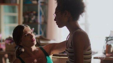 Alice fala para Paloma que teme que o vídeo pare na polícia - Paloma pede que a filha não faça nada pelas suas costas, mesmo que seja para ajudar