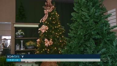 Artigos de natal já estão expostos em lojas de Londrina e tem consumidor aproveitando - De acordo com os lojistas a compra antecipada garante bom preço e produtos de mais qualidade. Já os consumidores, querem garantir a decoração alegre e festiva para o fim do ano.
