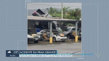 Câmeras flagram carro 'decolando' e atingindo base da policia em Praia Grande - Acidente aconteceu na 'Curva do S', na Rodovia Padre Manoel da Nóbrega.