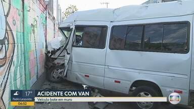 Acidente envolvendo van e caminhão deixa um morto e feridos na Região Noroeste de BH - Acidente foi na Avenida Cícero Ildefonso na esquina com a Rua Marquês de Lavradio, no bairro João Pinheiro.