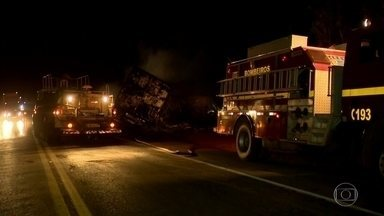 Acidente provocado por motorista bêbado mata quatro e fere 20 em MG - Acidente aconteceu na rodovia BR 365, em Patos de Minas. O motorista invadiu a rodovia e bateu em um ônibus, que foi jogado para cima de um caminhão. Motorista bêbado tentou trocar de lugar com o carona, mas os dois foram presos.