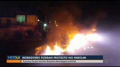 Jovens são mortos durante abordagem policial - Moradores fazem protesto no Parolim.