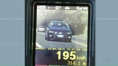 Motorista é flagrado a 195 km/h em rodovia perto de Umuarama - Foi na PR-323. No trecho o limite é de 100 km/h.