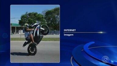Motociclista cai no meio de rodovia ao empinar moto de alta cilindrada - Um motociclista caiu no meio da rodovia Dom Gabriel Paulino Bueno Couto, em Jundiaí (SP), ao empinar uma moto de alta cilindrada. O caso aconteceu na manhã de sábado (28). Um vídeo mostra o momento do acidente.
