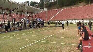 Evento de crossfit agita domingo no Estádio Municipal - Atividades foram divididas em circuitos. Ao todo, 94 equipes competiram no Mário Helênio