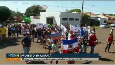 Alunos e professores protestam contra fechamento de colégio em Ubiratã - Segundo o Núcleo Regional de Educação, está sendo feito uma pesquisa para deixar o prédio apenas para a escola municipal e retirar os alunos do estado do local.
