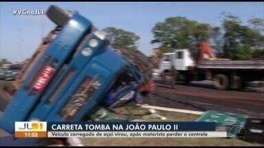 Caminhão carregado de açaí tomba na avenida João Paulo II - Caminhão carregado de açaí tomba na avenida João Paulo II