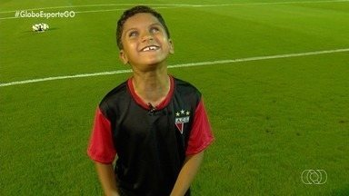 Garoto cego se emociona ao acompanhar jogos do Atlético-GO no estádio - Davi, de apenas 7 anos, é deficiente visual e fanático pelo Dragão