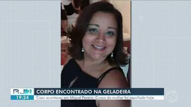 Foi sepultado corpo da mulher encontrada dentro da geladeira de casa em Miguel Pereira - Vítima estava desaparecida; cadáver não tinha sinais de agressão, segundo IML.