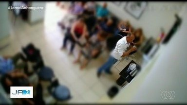 Homem suspeito de furtar clínicas é procurado pela polícia, em Goiânia - Câmeras de segurança de três unidades filmaram o mesmo homem, que se passa por paciente para levar objetos e dinheiro, segundo delegado.