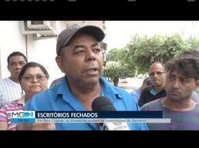 Manifestantes protestam por falta de indenizações da Fundação Renova em Belo Oriente - Protesto ocorreu no Distrito de Cachoeira Escura, em frente a dois escritórios da Fundação Renova, na manhã desta segunda-feira (29).