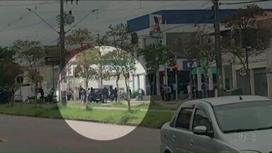 Reféns são feitos de escudo por bandidos em assalto a banco - A polícia está procurando a quadrilha. O assalto foi em Curitiba.
