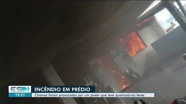 Apartamento pega fogo, em Linhares - Incêndio foi provocado por jovem que teve ferimentos leves.