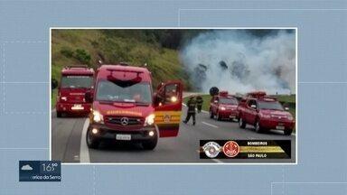Motorista de caminhão morre e veículo pega fogo após colisão na Dom Pedro I - Acidente foi na altura de Nazaré Paulista. Duas pistas da rodovia foram interditadas por conta do acidente.