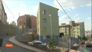 Briga por limpeza de fogão termina com homem esfaqueado em MG - Briga envolvia um casal de irmãos e o namorado da jovem, num apartamento em Belo Horizonte. Irmãos ficaram feridos durante a briga, mas namorado da jovem acabou esfaqueado no pulmão.